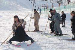 体験講習会で参加者を前に、一本杖スキーを滑ってみせるレルヒの会のメンバー(左)=新潟県上越市の金谷山スキー場で2013年2月10日、長谷川隆撮影