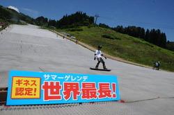 世界最長のサマーゲレンデをスノーボードで滑走するスタッフら