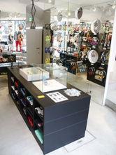 渋谷・明治通り沿いにオープンした「WeSC TOKYO」。写真=ヘッドホンなどの商品をそろえる1階フロア(シブヤ経済新聞)