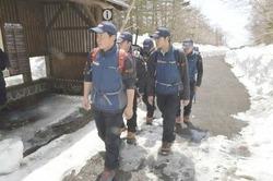 例年以上に多くの残雪が残る5合目からパトロールに出発する県警山岳遭難救助隊員=26日午前、小山町の富士山須走口