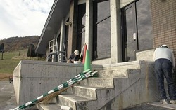 12月オープンに向け、スキー場のセンターハウスを補修する作業員(10日午後、栄村で)