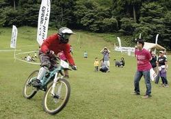 自転車で里山を駆け抜ける選手たち(瑞穂ハイランドスキー場で)