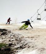 初滑りを楽しむスキー客(10日、北海道小樽市春香町の「スノークルーズオーンズ」で)=田中雅之撮影