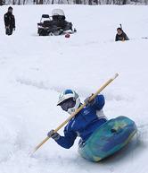 カヤックに乗ってコースを滑り降りる参加者=西川町民スキー場