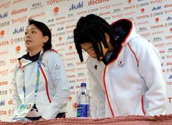 記者会見の冒頭で頭を下げる国母和宏選手(右)。左は日本選手団の橋本聖子団長=飯塚晋一撮影
