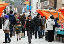 天候に恵まれて多くの客でにぎわう輪島朝市の初市=石川県輪島市で