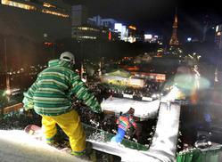 アースリートフェスタで華麗なジャンプを披露する選手たち=名古屋市中区の久屋大通公園で2009年11月7日午後5時45分、兵藤公治撮影