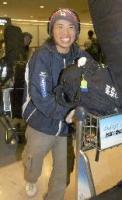 北米合宿から帰国したスノーボード・ハーフパイプ日本代表の成田童夢選手=3日午後、成田空港
