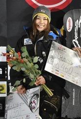 3位に入賞し、表彰台で喜ぶ藤森由香=7日、レッヒ(AP)