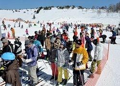 青空に恵まれ、にぎわう茅野市郊外の車山高原スキー場=23日