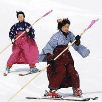 はかま姿でスキーをする「みちのくレディース」のメンバー(12日、雫石スキー場で)
