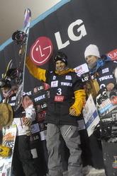 男子ハーフパイプ(HP) 優勝したマリン・マルクス(フィンランド、中央)。日本選手は出場しなかった=17日、フィンランド・ルカ