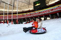 北京の国家スタジアム(愛称:鳥の巣)が、19日からスキー場に変身。この日、スタジアムには大勢の北京市民が集まり、スキーやソリなどを楽しんだ。