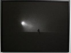 """写真家のタナカ""""rip""""トモノリさんが北海道・ニセコで撮影した作品を展示する写真展「NIGHT RIDER」が現在、心斎橋のギャラリー「YOSHIAKI INOUE GALLERY」で開催されている。タナカさんが目指したのは、今まで見たことがない「モノクロで抽象的なスノーボード写真」。(2011-02-08)"""