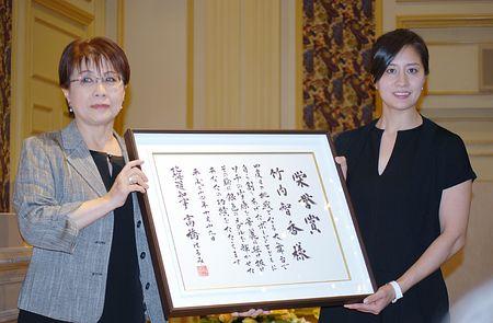 北海道から「栄誉賞」を贈られた竹内智香(右)=19日午後、旭川市内(時事通信)