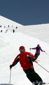 勢いよく滑降するスキー客ら=山形県西川町の月山スキー場で2012年4月10日午前10時49分、前田洋平撮影