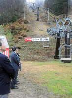 スキー場開きがあり、関係者らが見守る中で動き始めたリフト(京丹後市弥栄町・スイス村スキー場)