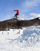 3連休中日の12日、好天に恵まれた那須塩原市湯本塩原のスキー場「ハンターマウンテン塩原」には、スキーやスノーボードを楽しむ家族連れなど約8000人が訪れ、今シーズン一番のにぎわいとなった