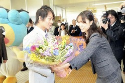 平野選手は同日朝、父・英功(ひでのり)さん(42)、母・富美子さん(40)と共に市役所を訪れ、職員約50人から盛大な拍手で迎えられた。