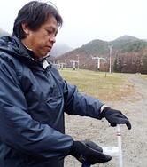スキーシーズン到来を前に、原発事故による風評被害が収まらない福島県内のスキー場。関係者は「雪には地表からの放射線量を低減する効果がある」とゲレンデの安全性を訴え、来場を呼び掛けている=24日、猪苗代町