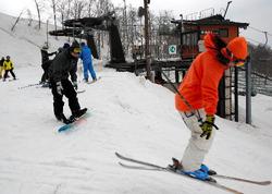 再開したゲレンデでスキーやスノーボードを楽しむ人たち=山形市の蔵王温泉スキー場
