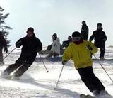 予定より半月早くオープンしたゲレンデでスキーを楽しむ人たち=新潟・湯沢町のかぐらスキー場で