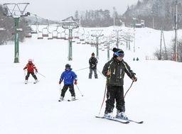 今季の営業を始めた町営三川・温泉スキー場=27日、阿賀町