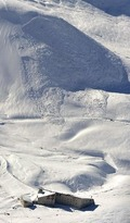 6人が巻き込まれた雪崩現場。写真上部の尾根に破断面が見える(11月30日、本社機から)