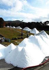 19日の営業開始に向け、コース整備が進むユートピアサイオト。ゲレンデに人工雪の小山が連なる