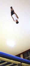 成田緑夢は6メートルを超す跳躍で練習場の天井スレスレに跳ぶ
