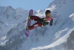 スノーボード男子スロープスタイル決勝1回目で華麗なジャンプを見せる角野友基=ロシア・ソチのロザフータル公園で2014年2月8日、木葉健二撮影