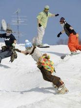 スノーボードを楽しむ人たち(4日午後、北海道赤井川村の「キロロスノーワールド」で)=伊藤紘二撮影(読売新聞社)