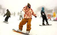 雪が降り積もったゲレンデで、スノーボードを楽しむ人たち(大津市木戸・びわ湖バレイ)