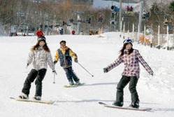 初滑りを楽しむスノーボーダーら