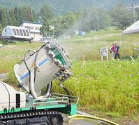 勢いよくミストを吹き出す人工降雪機=高山市丹生川町久手、ほおのき平スキー場