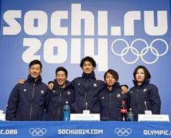 ソチでの記者会見でポーズをとるスノーボード・ハーフパイプの日本代表選手たち=共同