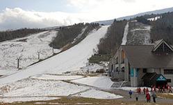 うっすらと雪化粧した天元台高原スキー場。初滑りはお預けとなった=米沢市