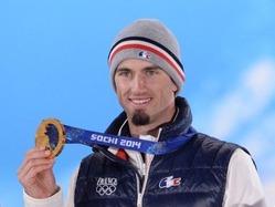 ソチ冬季五輪、男子スノーボードクロス決勝。表彰台で金メダルを手にするピエール・ボーティエ(2014年2月18日撮影)。