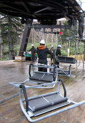 オープンに向け取り付けられるスキーリフト=上川町の黒岳スキー場で、りんゆう観光提供