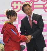 楽天の島田球団社長と握手する今井(左)=東京・六本木ヒルズで10日午後1時、深町郁子写す(毎日新聞)10時09分更新
