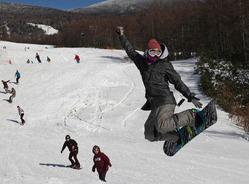青空の下、スノーボードを楽しむ人=福島県北塩原村で2011年11月27日午前10時、小出洋平撮影