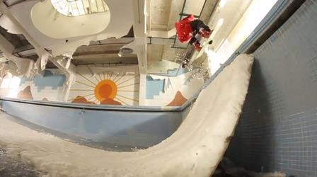 Adri Fernandezのスノーボードトリックをしている写真