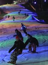 初滑りを満喫するスノーボーダーら=三好市の井川スキー場腕山