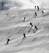 スキー場開きを祝い、地元少年団やインストラクターらデモ滑走を披露=諏訪市で
