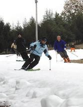 神鍋高原のスキー場がオープン。待ちかねたスキーヤーらが初滑りを楽しんだ=20日午前(写真:産経新聞)