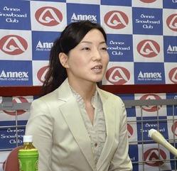 記者会見でソチ五輪への意欲を語る山岡選手