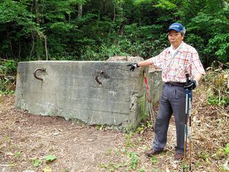 スキーリフトの引き留め台を指さす原田廣記さん=札幌市の藻岩山