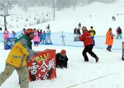 雪合戦を楽しむ家族連れら=岡山県鏡野町(写真:産経新聞)