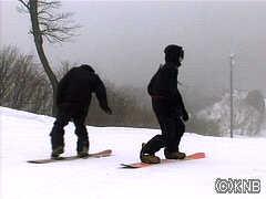 スノーボーダー達が初滑りを楽しむ(南砺市イオックスアローザ)