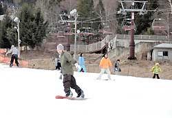 オープン初日の伊那スキーリゾートでスノーボードやスキーを楽しむ人たち
